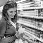 femme achete lait de soja