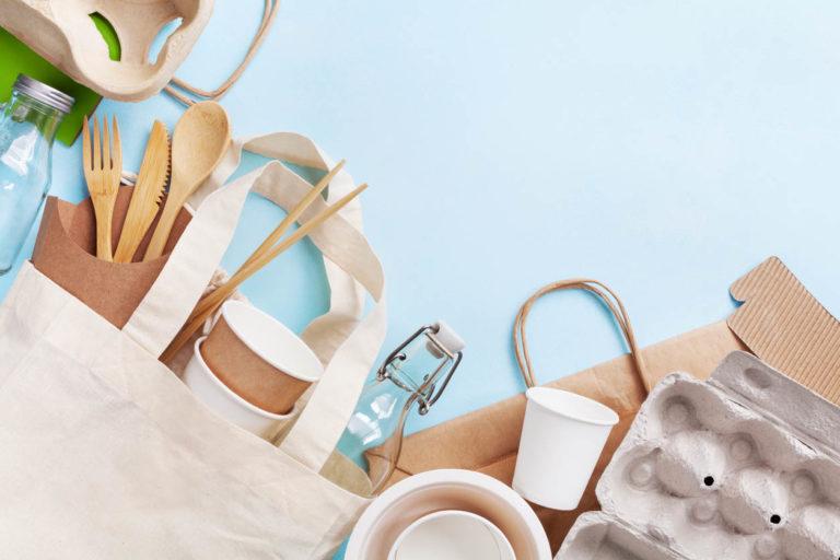 Ensemble sans plastique avec sac en coton, bocal en verre et vaisselle recyclée. Zéro déchet, concept écologique