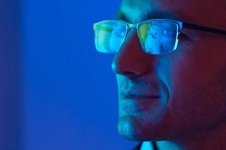 homme avec lunette contre lumiere bleue