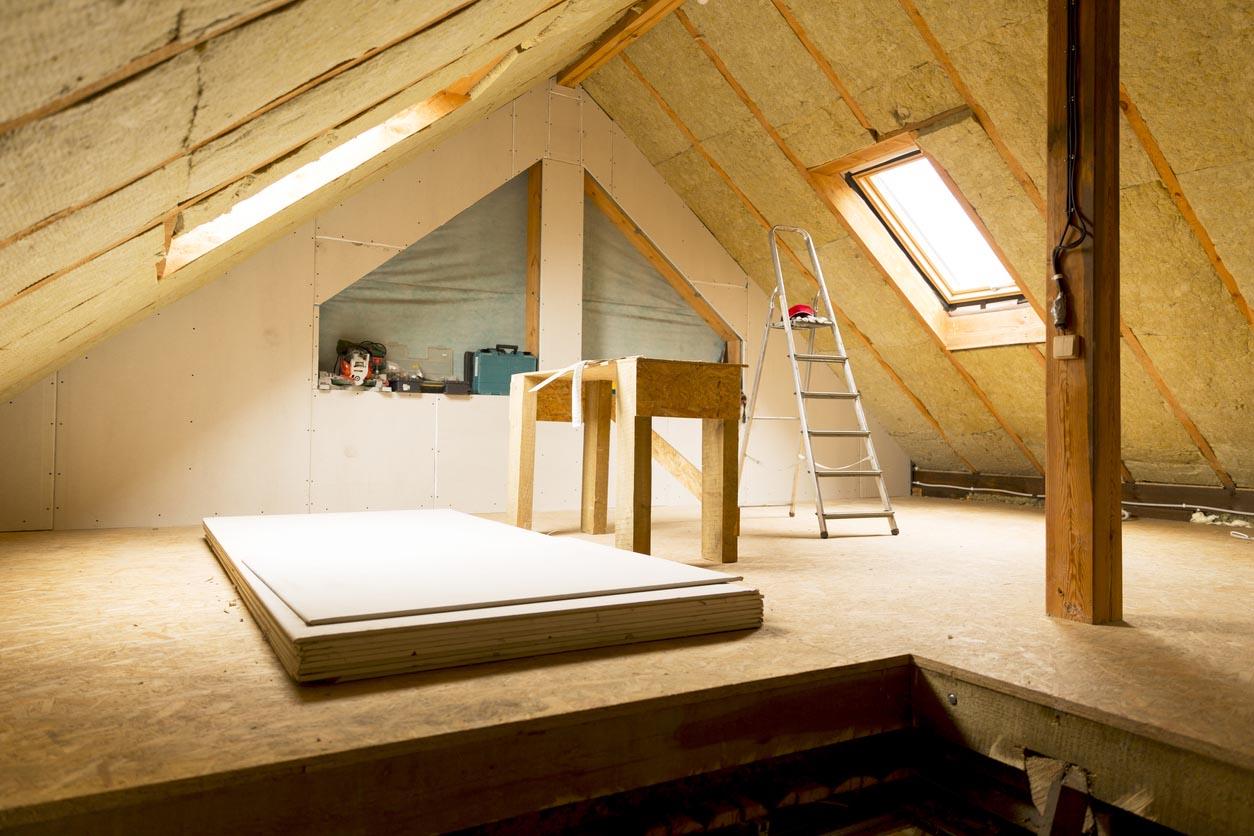 Grenier de la maison sous construction mansard mur isolation avec laine de roche